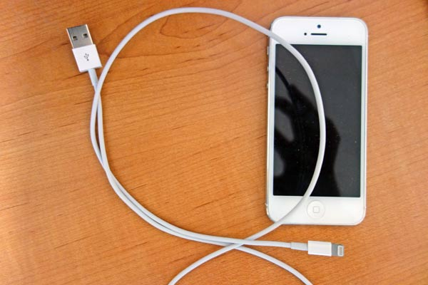 apple-iphone-cable